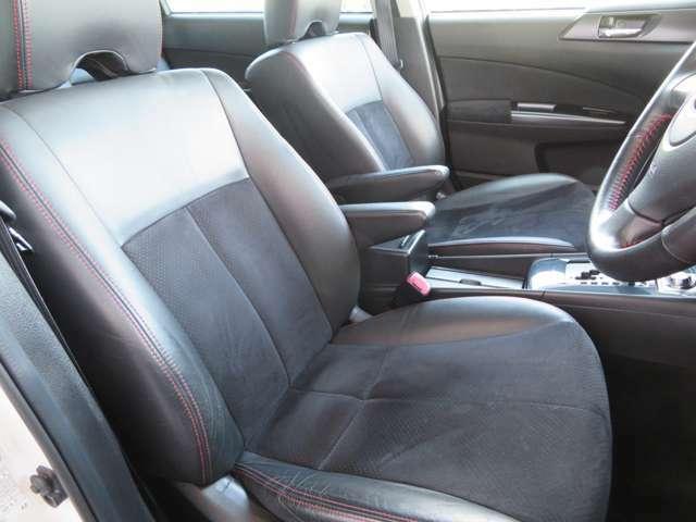 スペックB専用のハーフレザーシートを装備しており高級感のあるインテリアですっ! 運転席、助手席ともにパワーシートを装備しており乗車される方にピッタリのシートポジションをラクラク設定可能です!