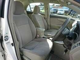 フロントシートは座面を長く、シートバックを高くしたゆったりサイズのシートで、ひとクラス上の座り心地です。