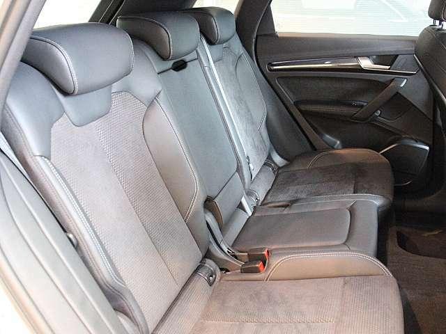 アウディのリアシート足元は、大人の足先がシート下に入る様に設計されています。 見た目以上の快適さです。
