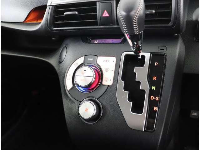 フルオートエアコンなので温度設定だけで車内を快適に保てます。