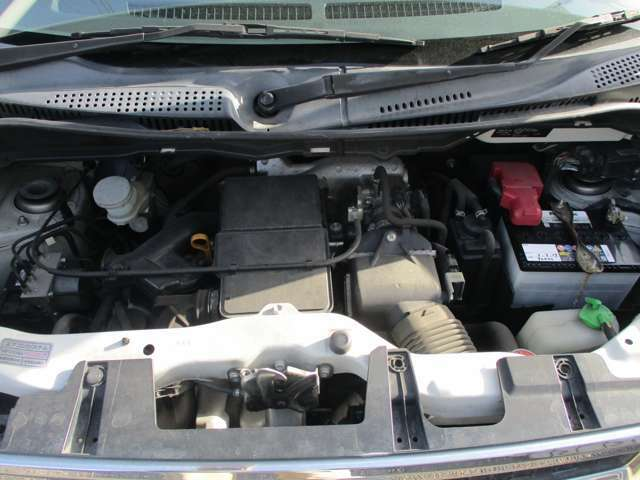 エンジンはタイミングチェーン式なので、走行10万km時のベルト交換は不要です。エンジンの調子も良好です。ターボ付きのエンジンです。バッテリーは新品です。