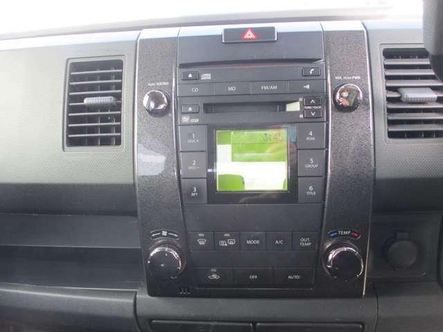 純正のCD付きオーディオです。エアコンはオートエアコンです。外気温の表示も出ます。