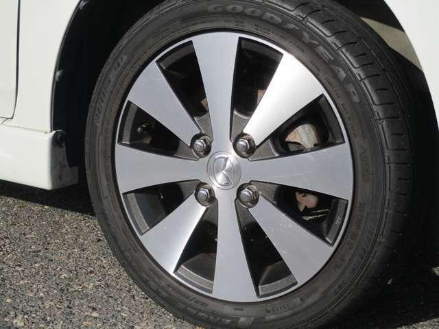 純正の14インチアルミ付きです。タイヤの山は5分山くらい残っております。165/55/14です。