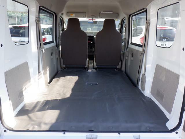 後部座席を倒すことでこの広さを確保します。お仕事に最適です。