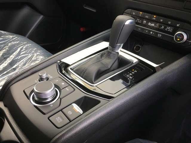 【シフトレバー&ブレーキホールド】 ブレーキホールドのスイッチを入れておくと、坂道や信号待ちで停車した時ブレーキを離しても自動でブレーキが効いた状態になります。