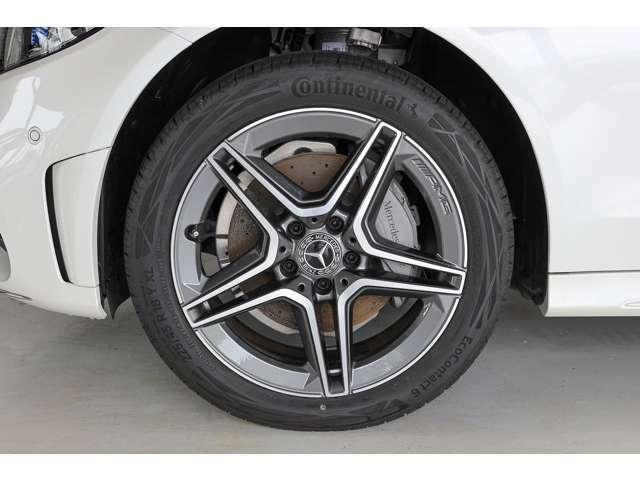 タイヤサイズはF:225/45R18、R:245/40R18です。