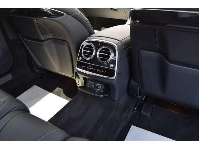 【リア足元】後部座席に座られる方にリアエアコン送風口があり、12V電源ソケットも装備しているため快適なドライブをお楽しみいただけます。