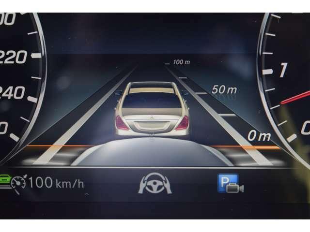 【ディスタンスパイロット・ディストロニック】レーダーセンサーにより先行車を認識して、車間距離を適切にキープするシステム。減速・停止が必要な場合にはブレーキを自動制御し減速・停止をします