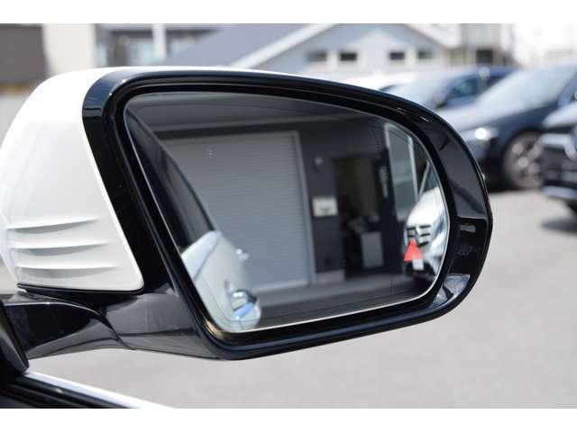【ブラインドスポットアシスト】約30km/h以上で走行中、車両の斜め後ろのドアミラーの死角エリアをモニタリング。ドアミラー内蔵のインジケーターが点灯やアラーム音で注意喚起します。