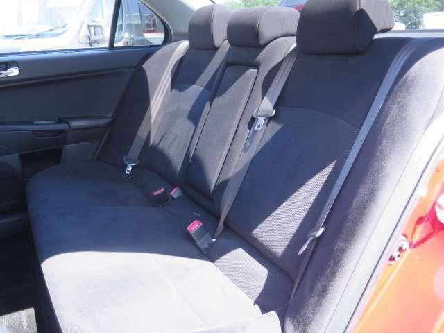 後席シートはチャイルドシートなどの乗り降りが楽に出来る設計になっております♪