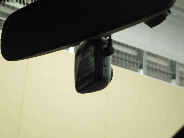 社外でライブレコーダーも前側に装備されております。