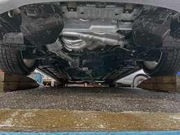 中古車は下廻り要チェックです♪事故による後遺症やサビ腐食など要注意!アンダーカバー外してオイル漏れ、水漏れなど点検済みです♪