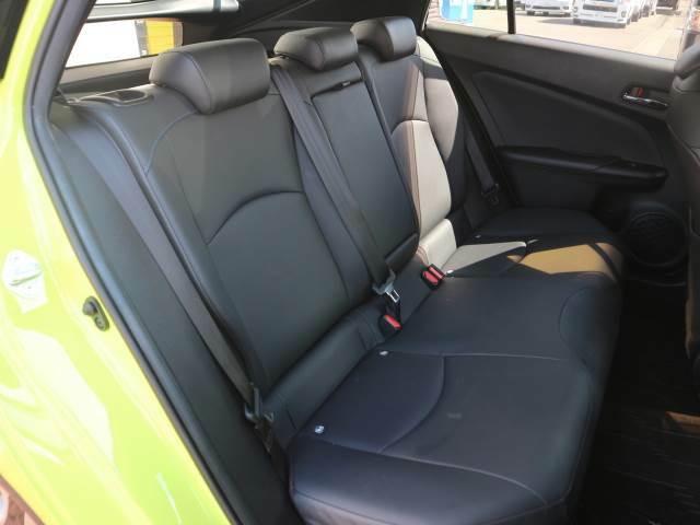 セカンドシートはリクライニング可能でくつろぎの空間。大人二人が乗っても十分なスペースが確保されております。