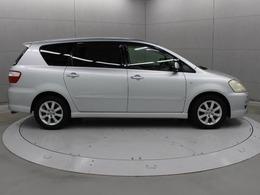 後席ドアは、普通乗用車同様のヒンジ式とし、2-3-2の7名定員となります。