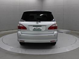 専用のプラットフォームを開発、リヤ床下に大きい収納スペースを搭載したためスペアタイヤは車体中央の床下に搭載されています。