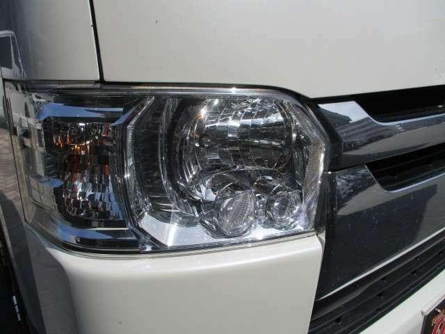 メーカーオプションのLEDヘッドライトが装備