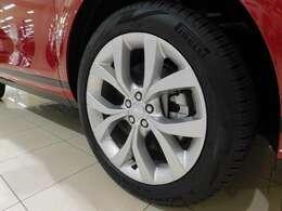 【SE】 標準仕様の20インチ5スプリットスポーク 【スタイル5076】 を装備しています。タイヤサイズは235/50R20です。