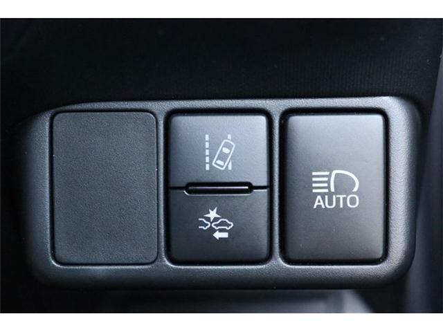 【安全装備】プリクラッシュブレーキ(衝突軽減ブレーキ)やレーンディバーチャーアラート(車線逸脱警報)などの安全運転装備が充実したお車です。
