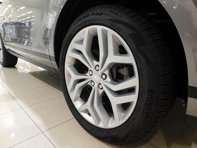 メーカーオプションの20インチ5スプリットスポーク 【スタイル5079】 を装備しています。タイヤサイズは235/50R20です。