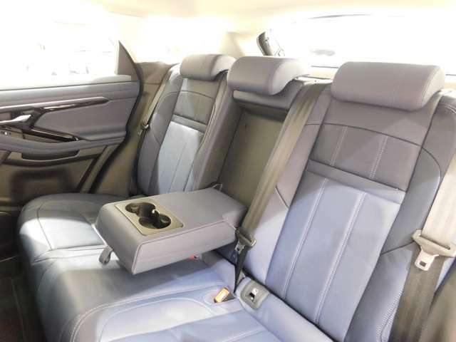 低い車高にかかわらず、後席は頭上空間も足元空間も十分な空間が確保されており、ファミリーカーとしてご利用いただける、十分な居住性を持っています。わずかながら、先代よりも居住空間を拡大させています。