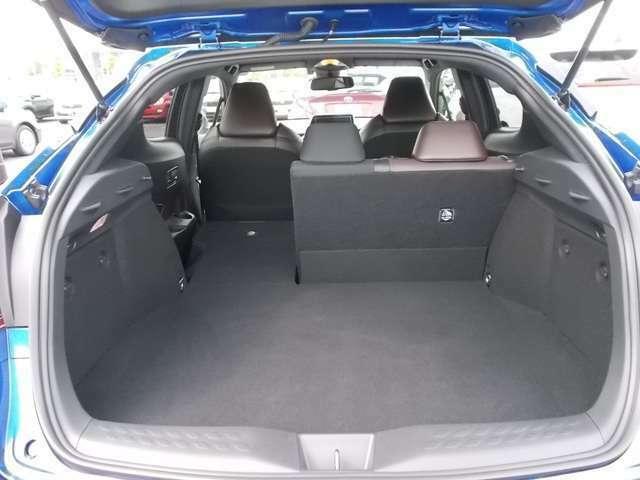 ●後席空間もしっかり確保● 最適なパッド厚を追求した、座り心地の良いシート☆6:4分割可倒式を採用し、シート肩口のレバーで荷室のの拡大もOK(^^)