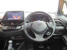 ●<MeZONE(ミーゾーン)>と呼ばれる運転席● ドライバーの操作・視認性に配慮し、操作パネルやコンソールもドライバーに向けて配置♪・・・まるでコックピットのよう・・・