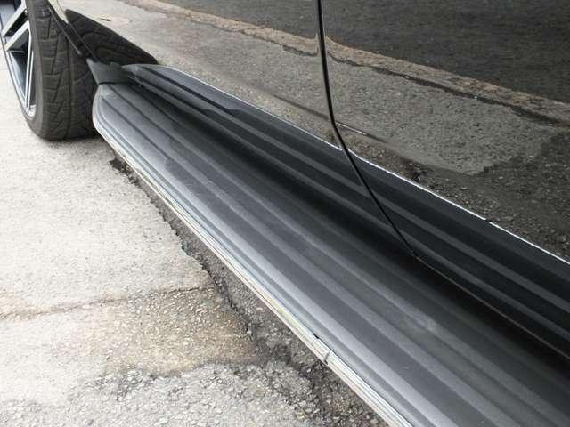 エスカレードは電動ステップが主流ですがあえて電動ステップを装備しないことで車体をシャープに見せることができます。