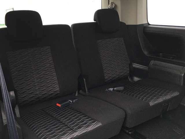 【 サードシート 】3列目のシートも広々としていて快適にお過ごしいただけます。また、シートアレンジも豊富で様々な使い方ができます。手すりがあるので乗り降りの補助になります。