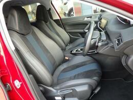シートはテップレザー&アルカンタラを採用。専用デザインのシートがオシャレです。