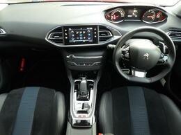 コックピットは小径ステアリングが採用され、操舵性が容易です。メーターはデジタル表記もあり、視認性がよく、ドライバーの負担を軽減いたします。
