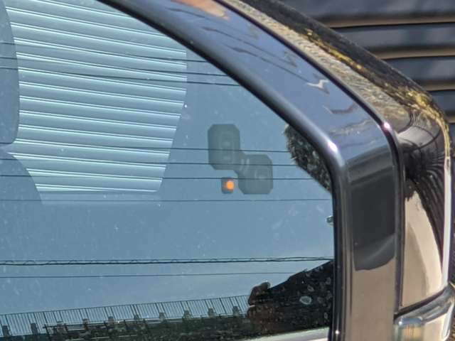 ブラインドスポットモニターで後続の車両を捕らえます。
