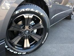 ホイールにはアーバングランデ 17インチを装着! タイヤはナスカーホワイトレタータイヤを合わせています。