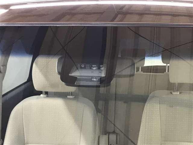 【トヨタセーフティーセンス】事故安全防止のためのドライバーサポート機能です。自動被害軽減ブレーキ、車線逸脱防止装置、自動ハイビームの3つが付いています。今の時代にはぜひ欲しい装備ですよね♪
