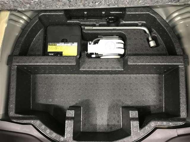 【パンク修理キット】スペアタイヤの代わりに付いている部品です。力やテクニックは必要ないので、自分でタイヤ交換することに慣れていない方にはこちらの方がいいのかもしれませんね。