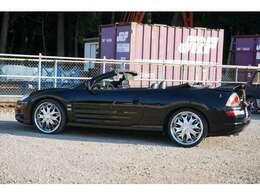 左ハンドルのオープンボディは日本車では珍しい!!三菱から販売されていましたが、ほぼ海外仕様まま販売されていた為、アメリカンな雰囲気が...