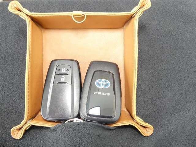スマートキーは2個あります。ドアロックもエンジンの始動もキーを取り出す必要はありません。スマートキーを持っている事が、この車のオーナーの証となります★