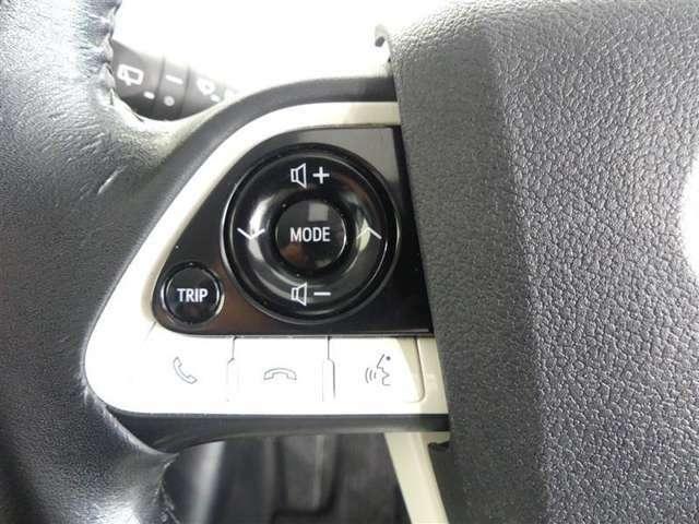 ステアリングスイッチ付!手元でオーディオ操作が出来たり、電話を受けたりかけたりすることが出来るのでとっても安全です。