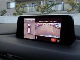 360度ビューモニターは、4つのカメラによる前後・左右・俯瞰映像をディスプレイに表示し、運転者から見えない領域の危険認知をサポートします!狭い場所での駐車やすれ違い、T字路への進入時などに便利です!