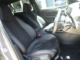シートはテップレザー&アルカンタラを採用。レッドステッチが入ったシートはスポーティーさを演出します。