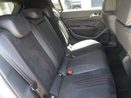 リヤシートは大人が座ってもゆったりな空間です!長時間のドライブも疲れを感じにくいです!