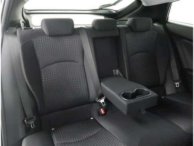 【リアシート】左右座席間にはアームレスト装備。後席もゆったり快適な空間でドライブを楽しめます。