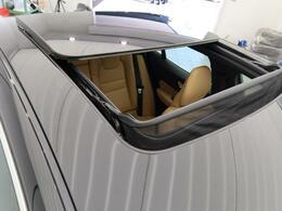 こちらのお車にはパノラマガラススライディングルーフが備わっています。チルト・スライドオープン機能が付いておりますので、実用的で解放感に溢れる素敵なドライブを演出してくれます♪