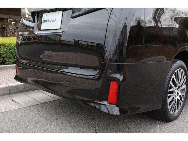 テールランプにLEDを採用し後続車にアピールします。急ブレーキをかけるとすべてのストップランプが自動的に点滅し後続車に注意を促します。