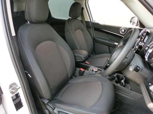 少し硬めのフラットなシートは乗り降りもしやすく、長距離ドライブでの疲労軽減のも効果があります。