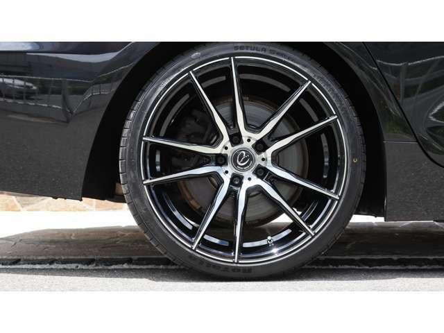 まず、ボディカラーは定番の純正ブラックボディの『ブラックサファイア』となり、内装は定番のブラックレザーシート/シートヒーターを完備。