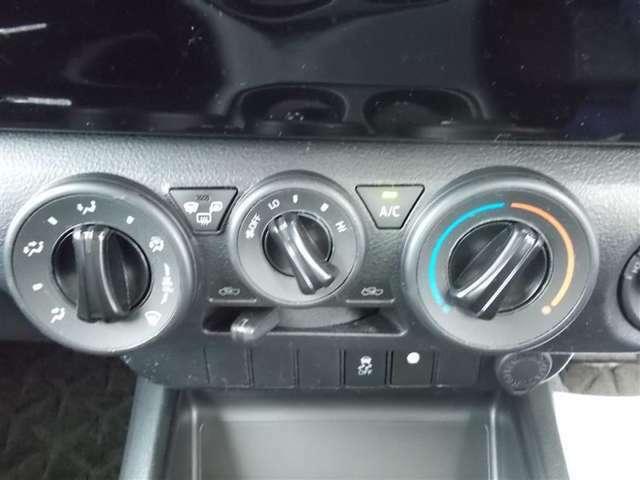 エアコン調整つまみです!モードスイッチ(送風口切り替え機能)、デフロスタ(フロントガラスの曇りを取る機能)、内外気切り替え機能の付いた、ベーシックなタイプです★