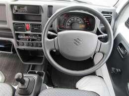運転席周辺の様子です。オーディオ周りやハンドルの形状、メーター類の位置やエアコンの操作パネルなどをご確認下さい!