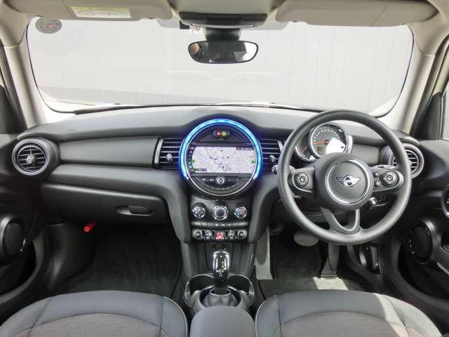 センターメーター調のナビゲーション、トグルスイッチ、LEDリングなど、運転が楽しくなるMINIらしいデザインのコックピット