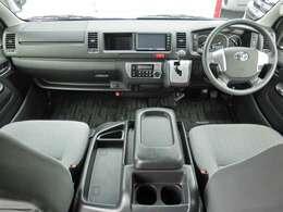 6速AT/運転席エアバッグ/ABS/VSC/プッシュスタート/スマートキー/イモビライザー/フロントオートエアコン/リヤクーラー/リヤヒーター/社外ETC車載器/純正フロアマットが装備されています。