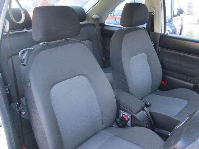 運転席は清潔感ある綺麗な状態です。車内の匂いも無臭です♪